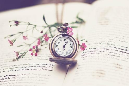 books-clock-flowers-girly-Favim.com-1063988